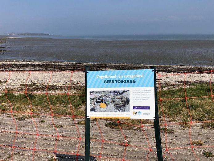 Een groot deel van het strandje bij Kattendijke is afgezet.