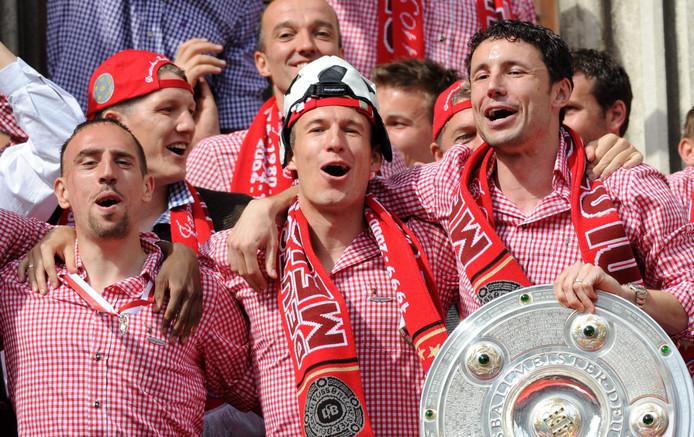 Franck Ribéry, Arjen Robben en Mark van Bommel vieren het winnen van de Bundesliga in 2010.
