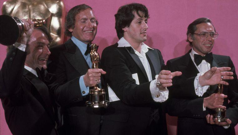 John G. Avildsen (links) en de Oscars voor Rockey in 1977. Tweede van rechts is hoofdrolspeler en scenarioschrijver Sylvester Stallone. Beeld Hollandse Hoogte