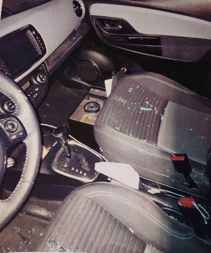 De steen kwam in de auto terecht, de twee inzittenden raakten gewond.