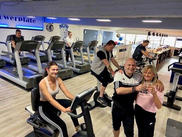 Fitnessclubuitbaters Erik Van Hemeldonck (58) en zijn vrouw Marleen Vinck (55) klinken op de langverwachte heropening