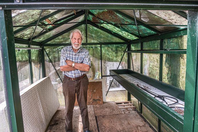 Jan ter Vrugt uit Milsbeek bij zijn plantenkasje.