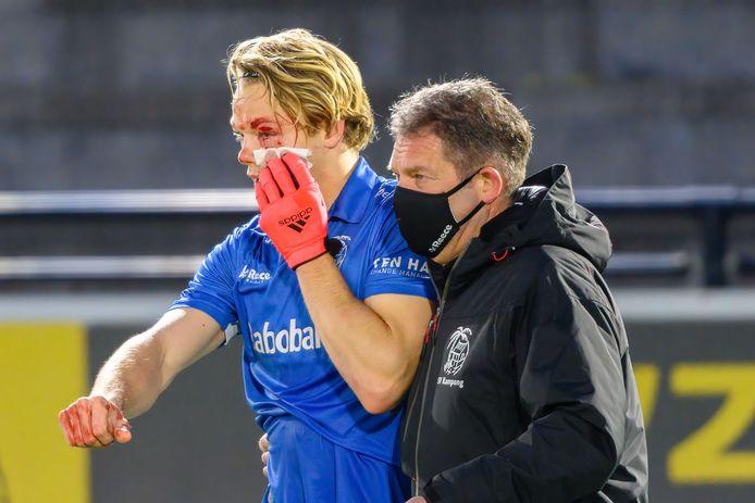 Jip Janssen verlaat het veld nadat hij de bal in zijn gezicht heeft gekregen, afgelopen vrijdag in het duel met Bloemendaal.