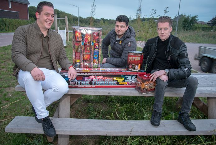 Robin Paau, Jurmey Brugman en Danny Schlebos steken jaarlijks voor duizenden euro's vuurwerk af. Vanaf dit jaar is er een einde aan gemaakt door de Gemeente Heumen en mag er totaal niets afgestoken worden.