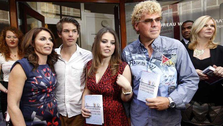 Auteur Heleen van Royen samen met haar kinderen en ex-man Ton van Royen tijdens de opening van haar eigen boekhandel en de presentatie van haar nieuwe roman De hartsvriendin Beeld anp