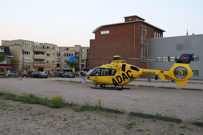 De traumahelikopter landde op een parkeerplaats aan de Bornsestraat in Hengelo.