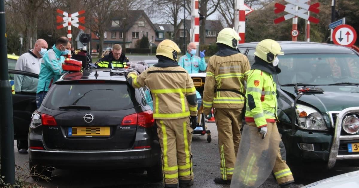Auto's in botsing bij spoorwegovergang Beekbergen: een persoon met ambulance naar het ziekenhuis.