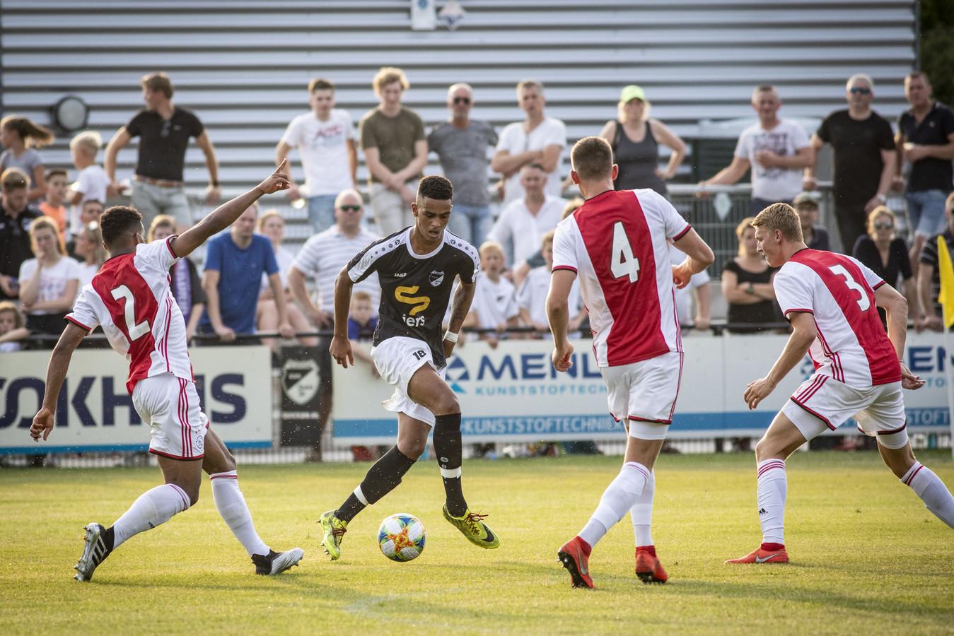 Beeld uit de oefenwedstrijd Quick'20 - Ajax uit 2019. Op 6 juli oefenen de clubs opnieuw tegen elkaar in Oldenzaal.