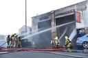 In het garagebedrijf aan de Gouderakstraat in Rotterdam stonden meerdere auto's in brand.