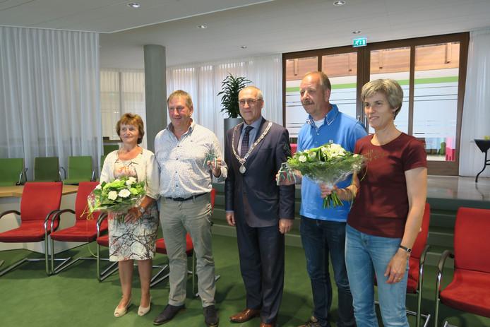 De voorzitters van Klankbordgroep 't Loo en Dorpsbelang Oosterwolde poseren met het Oldebroek voor Mekaar-beeldje. In het midden burgemeester Hoogendoorn.