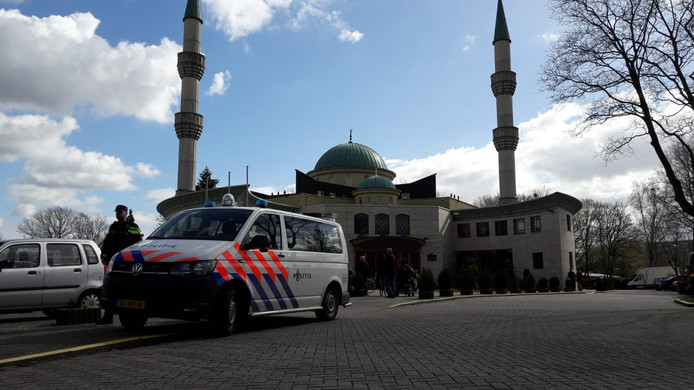 Politiebewaking bij de Süleymaniye moskee aan de Wandelboslaan in Tilburg.