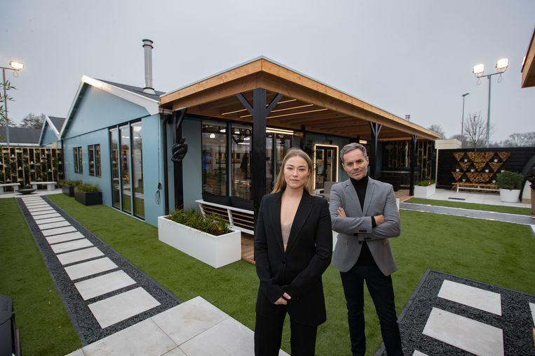 Presentatrice Geraldine Kemper en presentator Peter Van de Veire bij het coronaproof Big Brother-huis. Beeld ANP