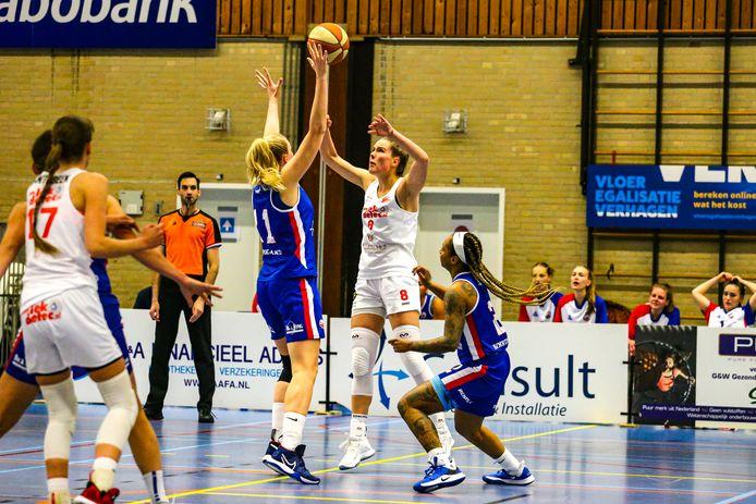 Julia Jorritsma  is met haar 1.83 meter redelijk lang en sterk, maar kan net zo goed schieten of een actie naar de ring maken.