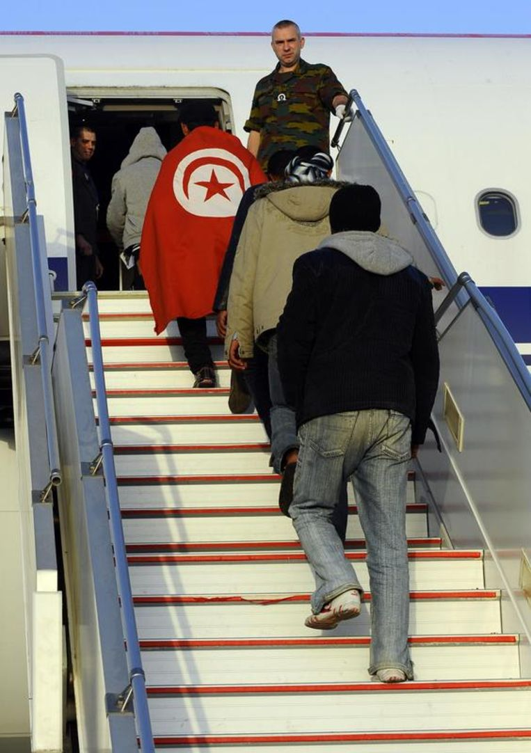 De Egyptische vluchtelingen stappen de Airbus in. Beeld BELGA