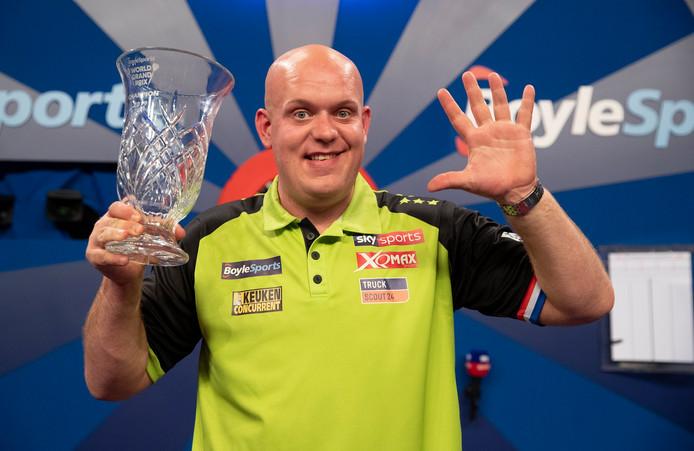 Michael van Gerwen geeft het aan: zijn vijfde titel bij de World Grand Prix.