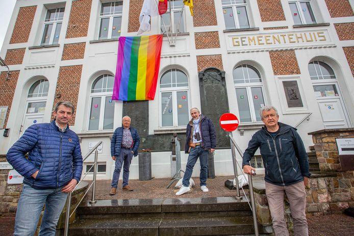 Onder meer aan het gemeentehuis werd de regenboogvlag uitgehangen.