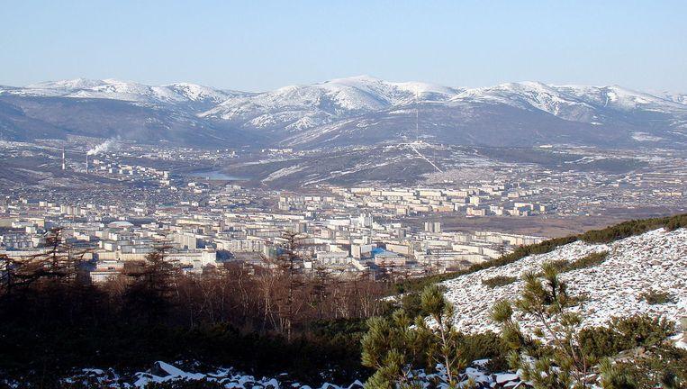 Uitzicht op de stad Magadan in het onherbergzame Rusland vanaf een nabije heuveltop. Beeld creative commons - johannes rohr