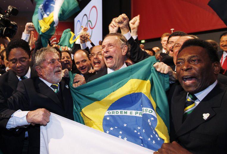 Lula da Silva, toenmalig president, Carlos Arthur Nuzman, voorzitter van het comité dat Rio moest promoten, en voetballegende Pelé reageerden in 2009 dolgelukkig toen ze vernamen dat de Spelen naar hun land kwamen. Beeld AP