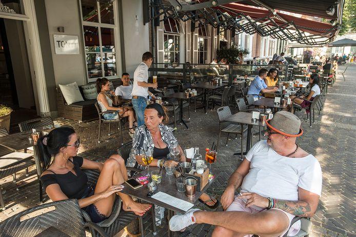 oosterhout-foto : ron magielse Het terras van restaurant Tony Kitchen Bar.