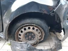 Bestuurder veroorzaakt in Empel schade en rijdt zich in kapotte auto vast