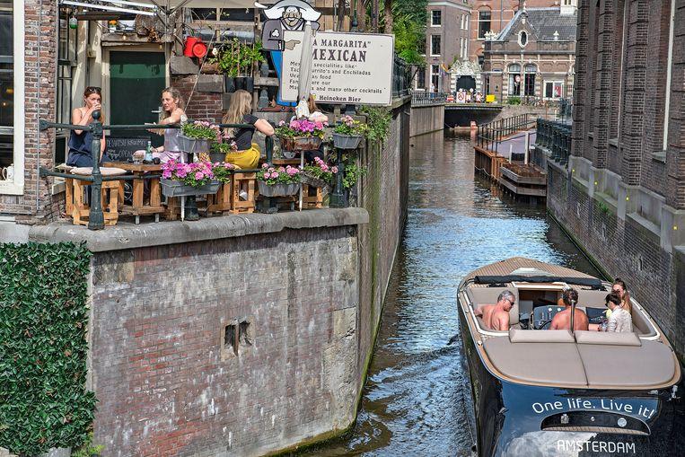 Toeristen in de Amsterdamse binnenstad. 'Als je hier alleen maar komt om cannabis te roken en overlast te veroorzaken, zeggen wij: blijf weg', aldus wethouder Everhardt. Beeld Guus Dubbelman / de Volkskrant