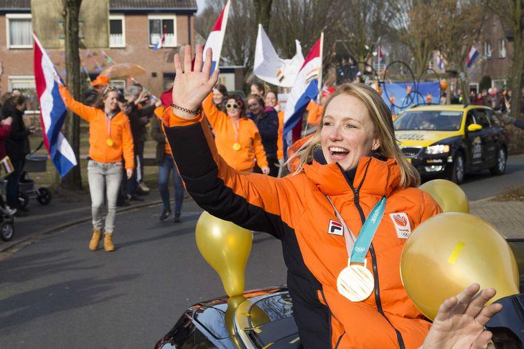 Carlijn Achtereekte wordt gehuldigd in haar woonplaats Lettele. Beeld ANP