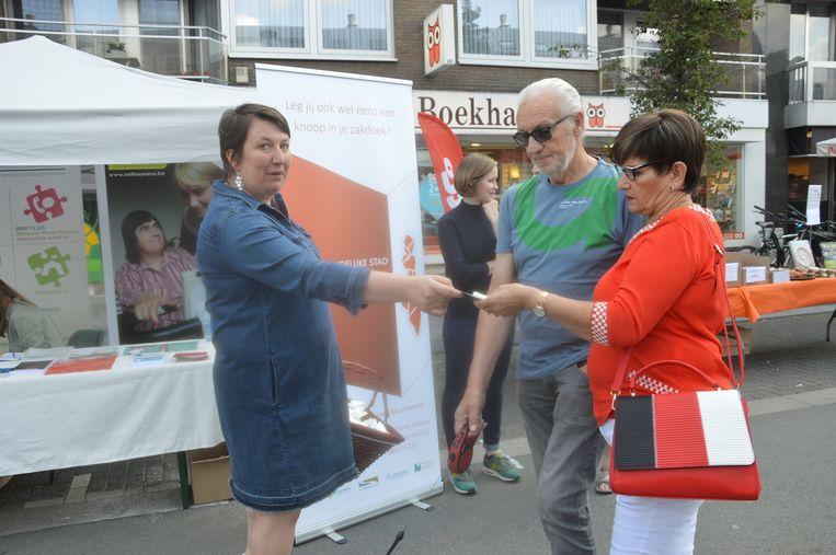 De stad deelde geknoopte zakdoeken uit op de Centrumlaan als symbool voor dementie.