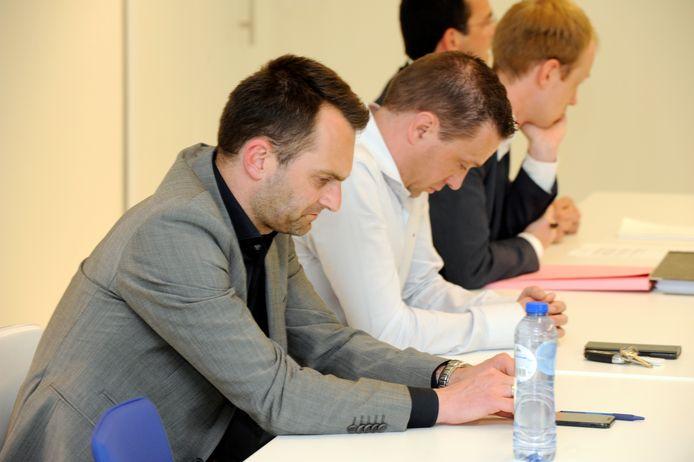Bedrukte gezichten bij teammanager Roel Rymen (l), met naast hem CEO Jan Van Elst.