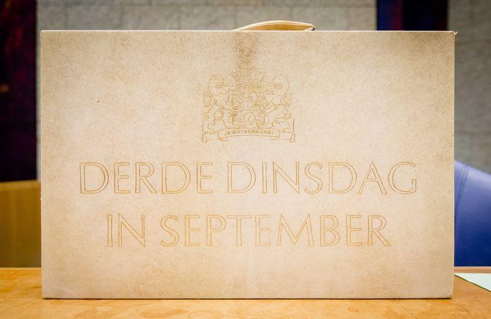 Het koffertje met daarin de rijksbegroting en miljoenennota in de Tweede Kamer op Prinsjesdag