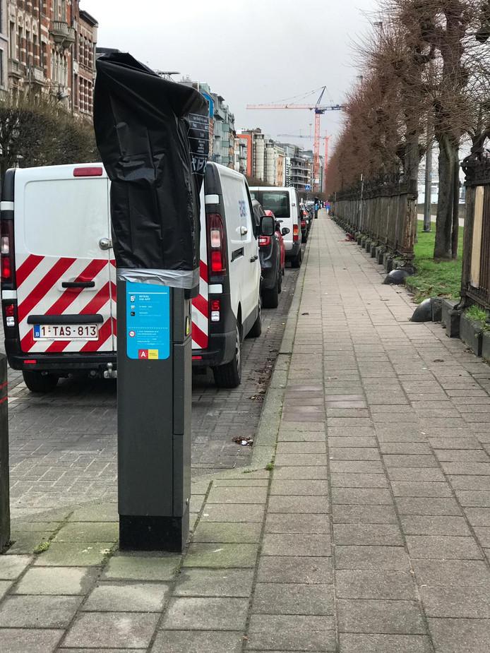 Nagenoeg alle Antwerpse parkeerautomaten zijn met plastic afgedekt.