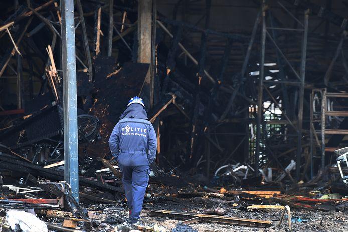 De politie onderzoekt de brand bij het e-bikebedrijf.