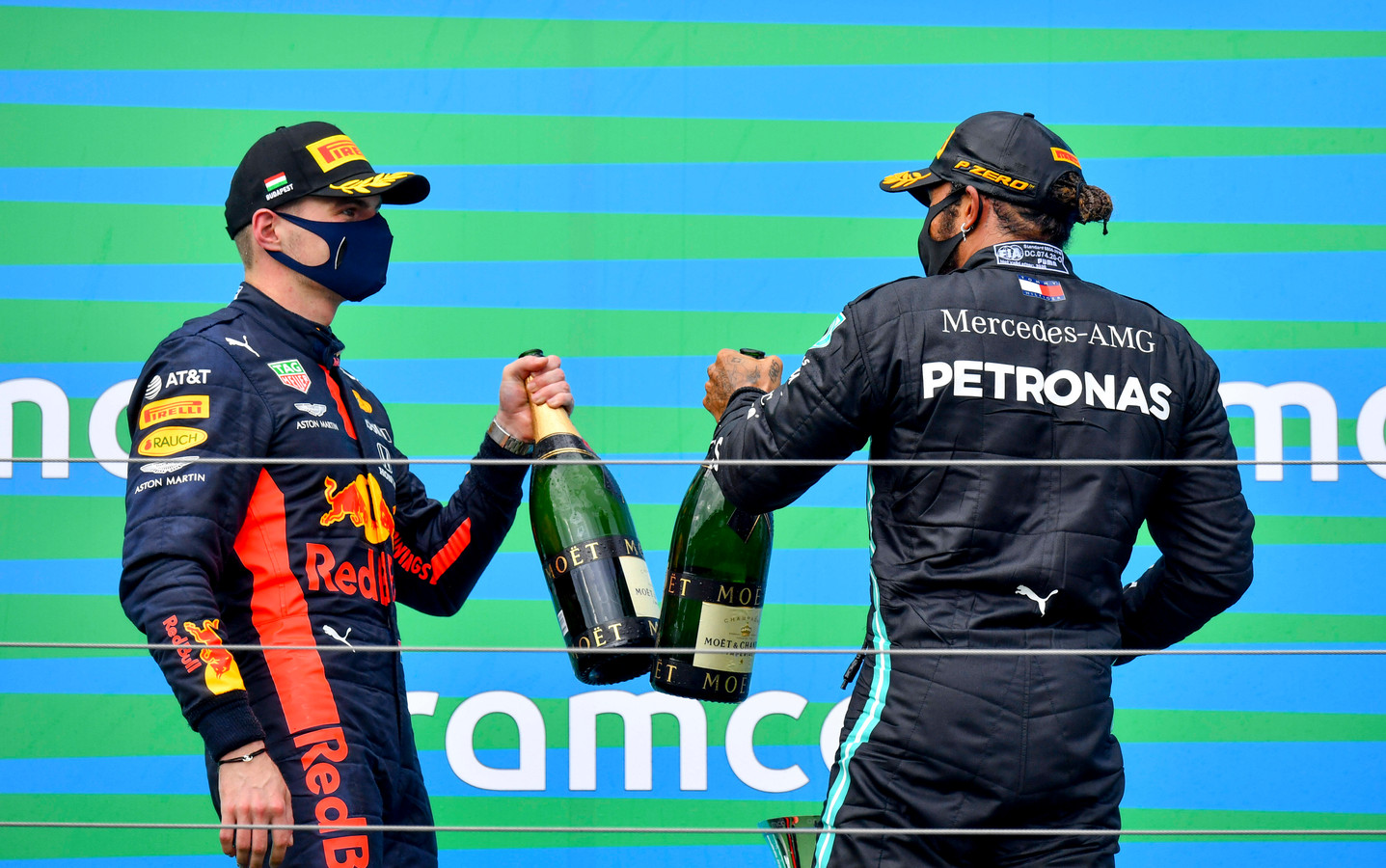 Max Verstappen bij de podiumceremonie na de Grand Prix van Hongarije.