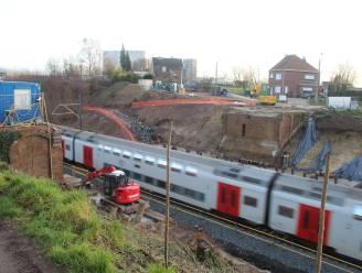 """Nog zeker 4 weken verminderde waterdruk na beschadiging hoofdleiding: """"Nieuwe leiding moet 26 meter onder de treinsporen komen"""""""
