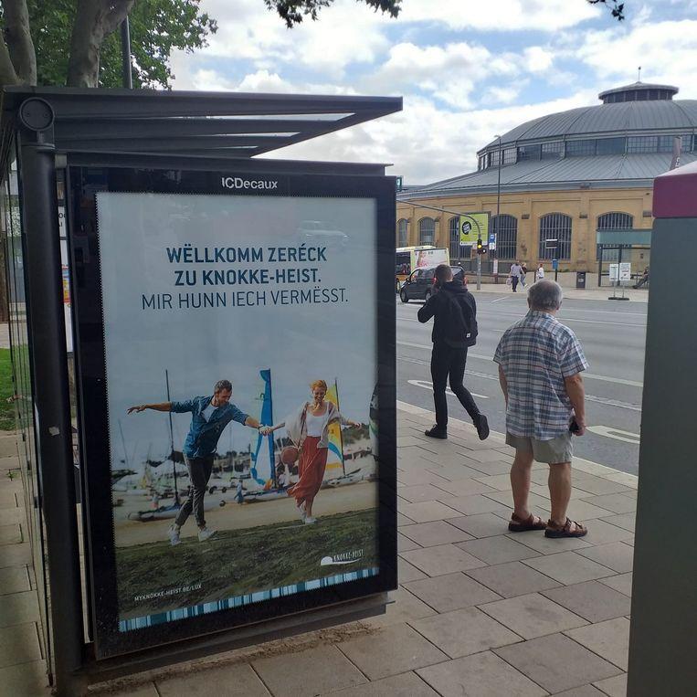 In Luxemburg Stad hangen ondertussen zo'n 260 affiches die Knokke-Heist aanprijzen. In Knokke zien ze de Luxemburgers als big spenders graag komen. Beeld RV