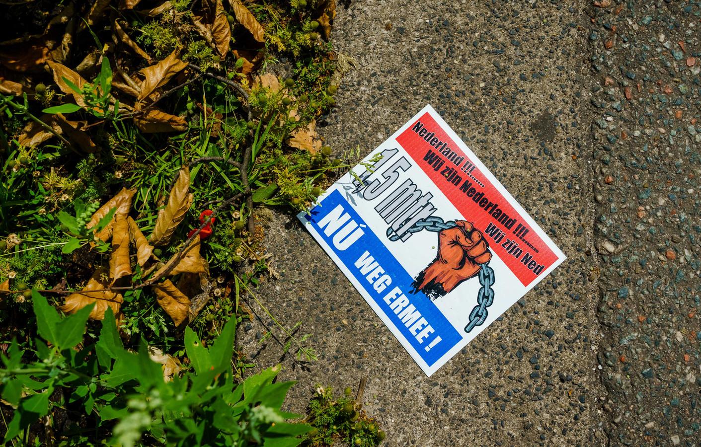 Een flyer tijdens een verboden demonstratie van Viruswaanzin op het Malieveld die is gericht op de coronamaatregelen van het kabinet.