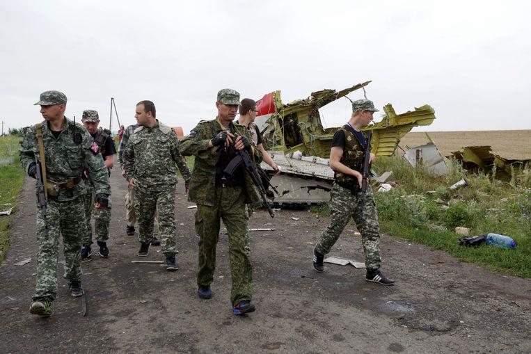 Pro-Russische separatisten op de rampplek na het neerstorten van vlucht MH17, in het oosten van Oekraïne, 2014. Beeld EPA