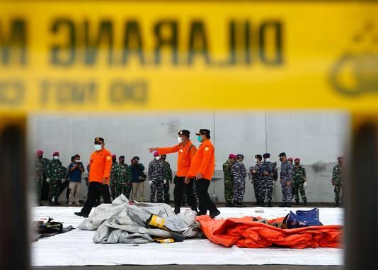 Het toestel van de Indonesische luchtvaartmaatschappij Sriwijaya Air had vijftig passagiers en twaalf bemanningsleden aan boord. Onder de passagiers waren zeven kinderen en drie baby's.