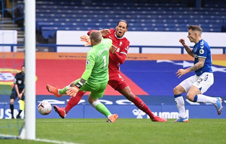 Virgil van Dijk kwam afgelopen weekend in botsing met Everton-keeper Jordan Pickford, waardoor hij geblesseerd raakte. Beeld Pool via REUTERS