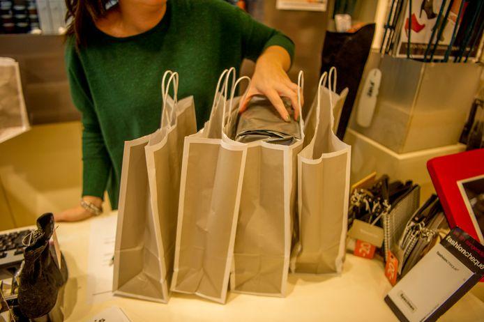 Het aantal huishoudens dat meer geld kan uitgeven in Nederland, groeit gestaag. Extra inkomen wordt onder meer besteed aan shoppen.