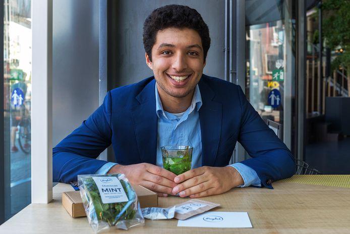 De jonge ondernemer Saber Benjah met de ingrediënten van Benjah Box en een kop muntthee in café Het Gegeven Paard. ,,Wij willen de theemarkt veranderen.''