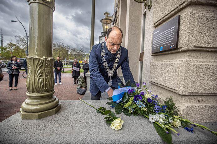 Burgemeester Peter Snijders onthult de gedenkplaat bij Chinees restaurant Sozing aan de Willemskade.