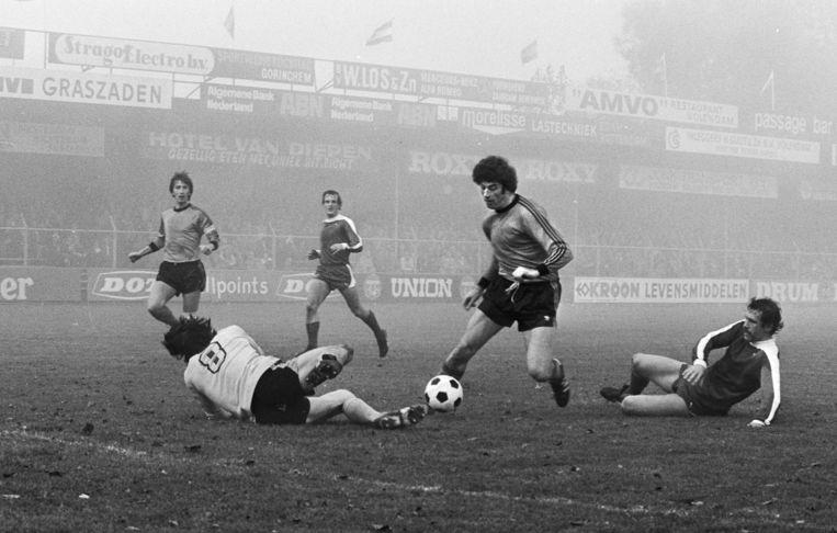 Frank Kramer, aanvaller van Volendam, slalomt om doelman Istatov van FC Utrech heen.  Beeld Hollandse Hoogte / Bert Verhoeff