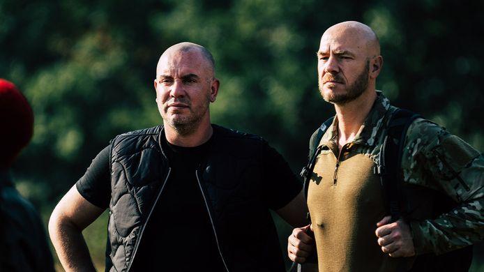 Jeroen van Koningsbrugge en instructeur Ray Klaassens tijdens het televisieprogramma Kamp van Koningsbrugge.