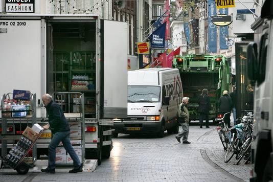 De winkelstraten staan vol met vrachtwagens en bestelbusjes. Dat kan handiger, meent de gemeente.