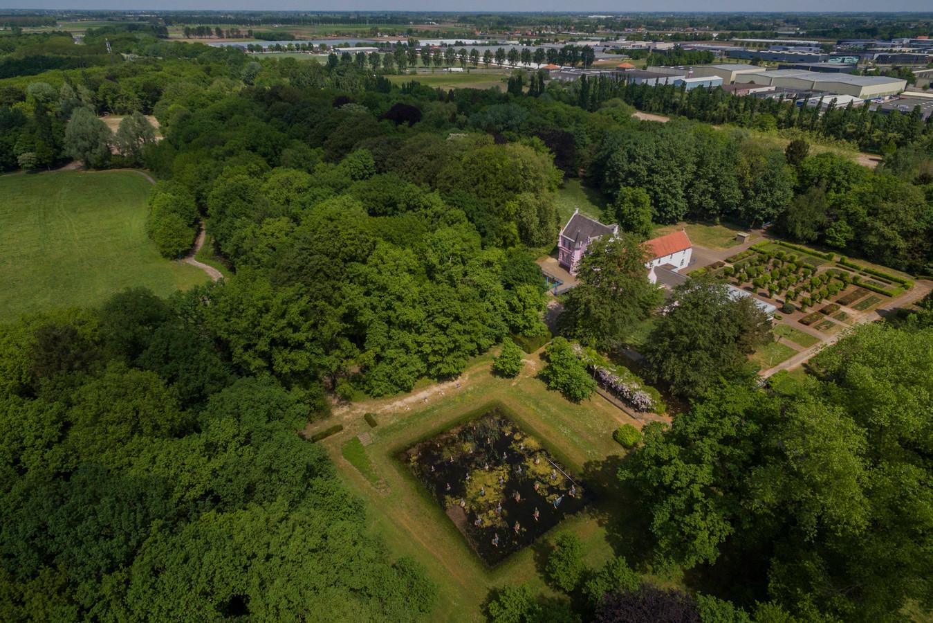 Een luchtfoto van landgoed Steenenburg, het voormalige Land van Ooit, met in het midden het 'roze kasteel'.  Inmiddels is al het nodige veranderd op het landgoed. Voor verdere ontwikkelingen is het wachten tot bestemmingsplan onherroepelijk is.