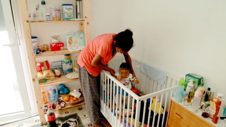 Terhas verblijft met haar zoontje in een kamer die de Franse overheid haar heeft toegewezen. Beeld Mahmoud Elsobky