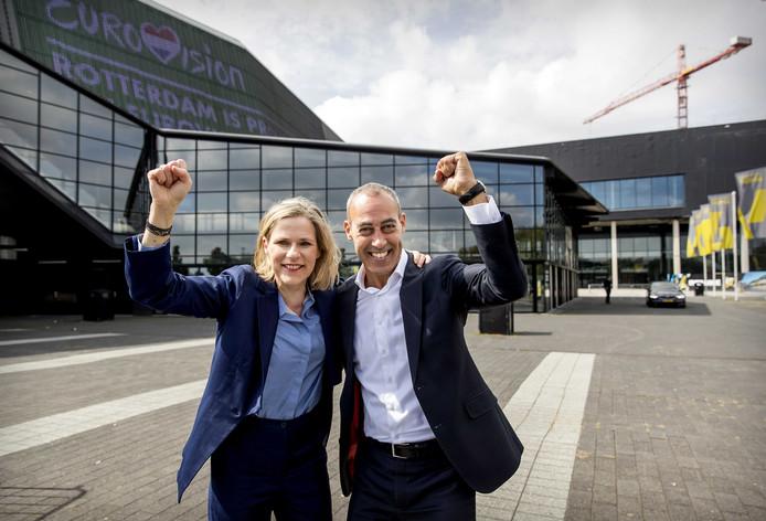 Directeur Jolanda Jansen van Ahoy en wethouder Said Kasmi hebben de buit binnen: het Eurovisie Songfestival. Met de gratis kaartjes kunnen nu ook Rotterdammers met een krappe beurs juichen!