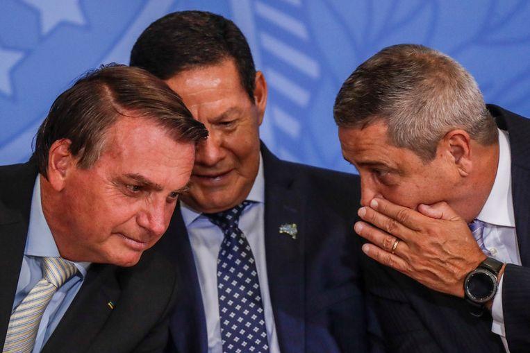 De nieuwe minister van defensie Walter Souza Braga Netto (rechts) heeft een onderonsje met president Jair Bolsonaro (links). Beeld REUTERS