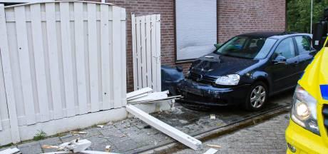Automobilist richt veel schade aan bij ongeluk in Helmond, auto komt tot stilstand tegen woning
