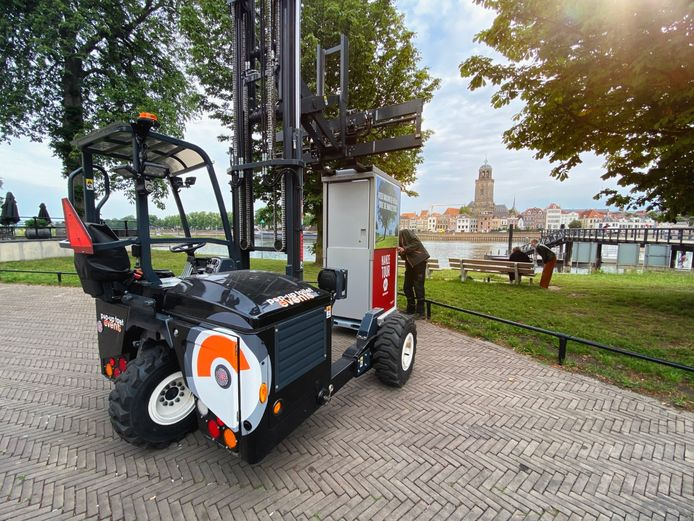 Om meer openbare toiletten te realiseren liet de toilletalliantie alvast een mobiel toilet plaatsen langs de IJssel in Deventer. De alliantie hoopt dat gemeenten nu zelf met het probleem aan de slag gaan.